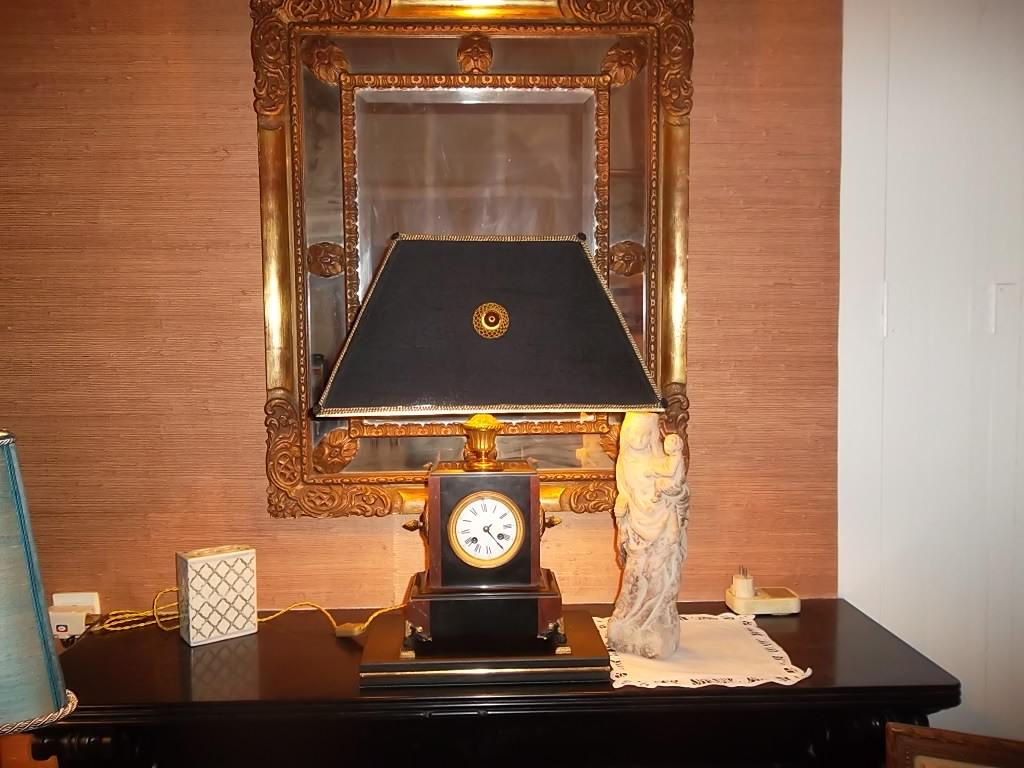 abat-jour sur mesure sur une pendule montée en lampe.