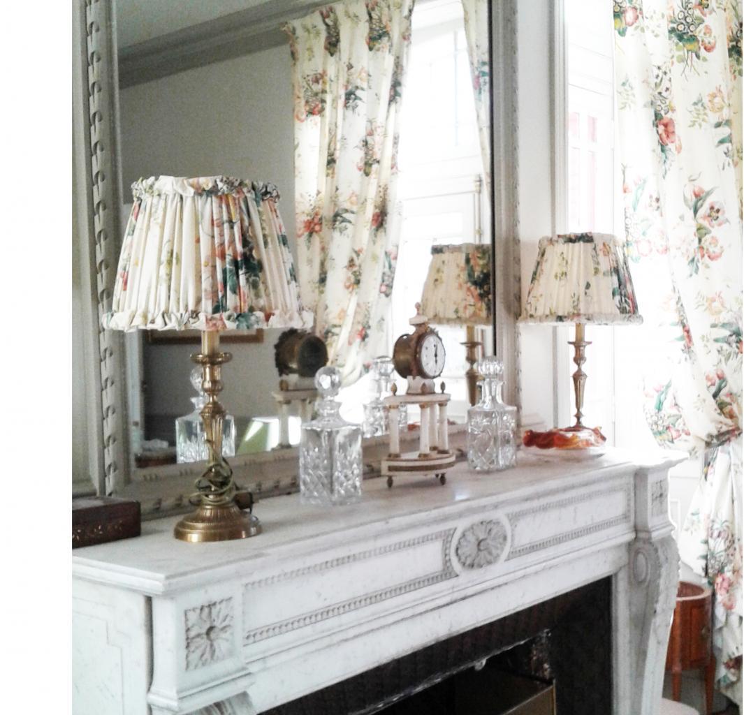 deux abat-jour en plissé main, coordonnés aux rideaux