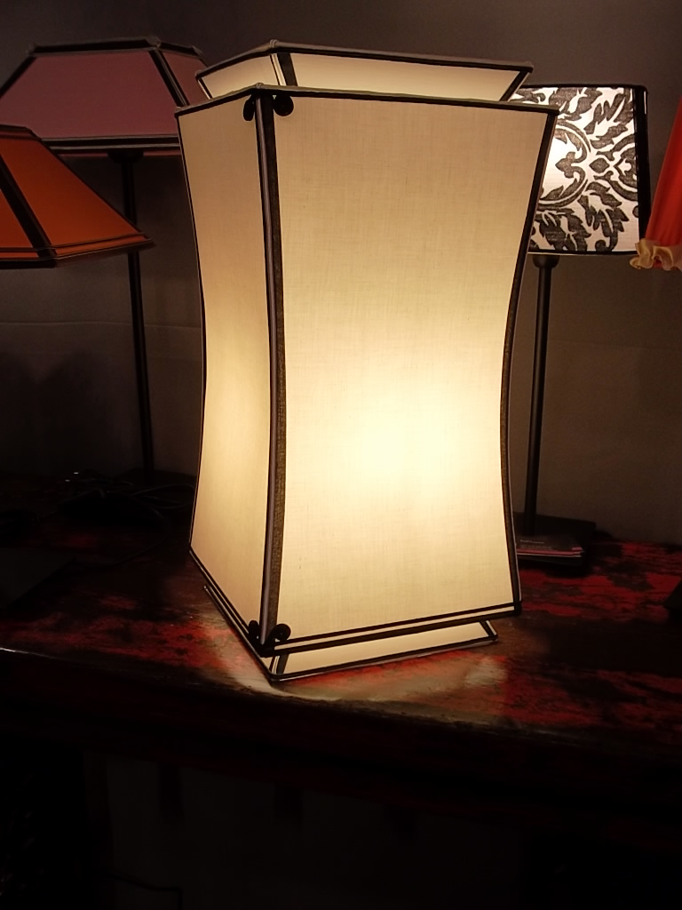 Lampe à poser en contre-collé légèrement pagodée